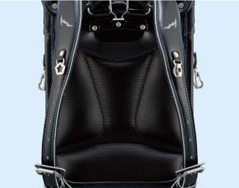 >                  <h3>背あて高通気性素材</h3>                  <p>背あて部分に通気性の良い<br>素材                    「ロベニカ」を採用。</p>                </div>                <div class=