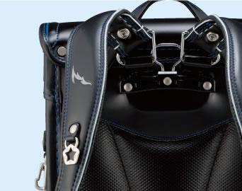 >                  <h3>立体裁断肩ベルト</h3>                  <p>立体設計の肩ベルト。<br>                    肩と胸にフィットし、<br>                    背おいやすい。</p>                </div>                <div class=
